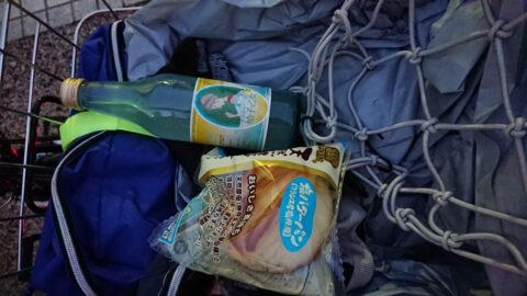 商店で柚子サイダーと菓子パンを購入して補給
