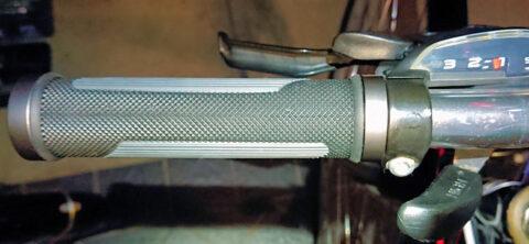 ボルト固定式グリップはハンドルに入れやすい