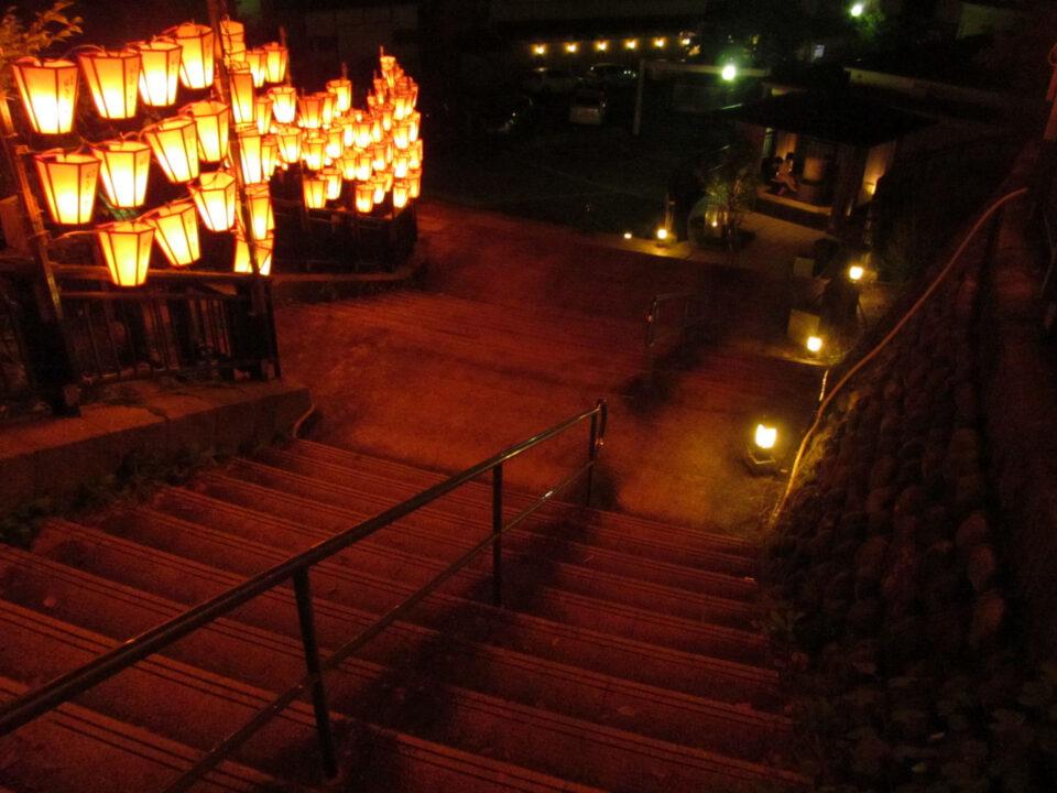 階段の上からぼんぼりを眺める